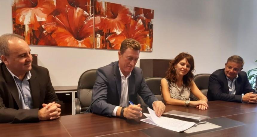 El intendente García Aresca firmó un convenio de colaboración con el gobierno de Santa Cruz