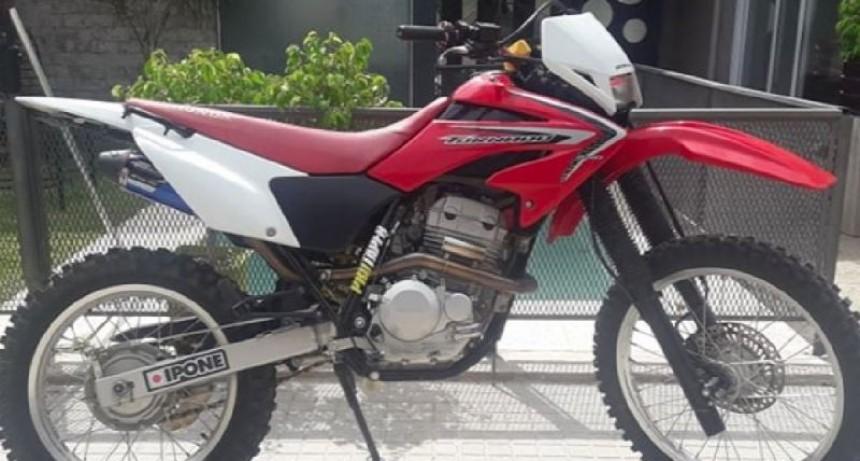 Tras el robo de su motocicleta, ofrece recompensa para recuperarla