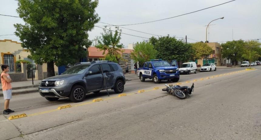 Dos accidentes casi en simultáneo en barrio Roca con lesionados graves