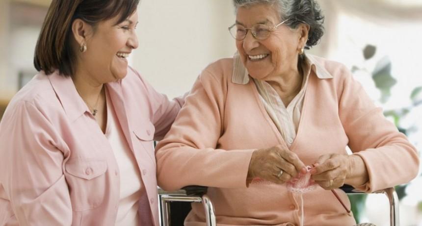 Cuidadores de adultos mayores para circular necesitan una declaración jurada