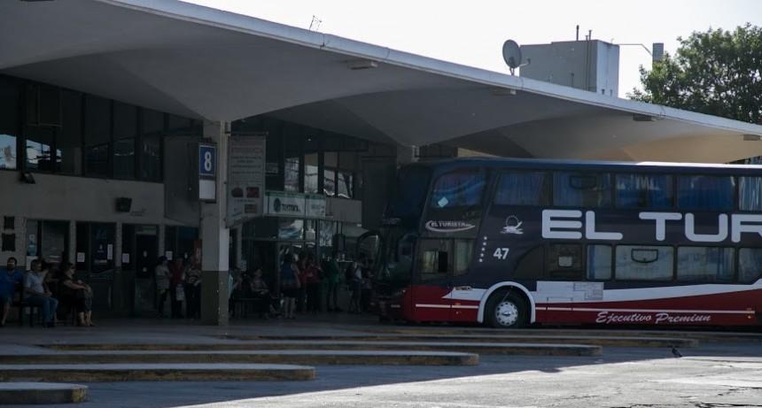 Vuelven vuelos, trenes y micros para trabajadores esenciales